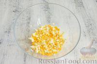 Фото приготовления рецепта: Открытый пирог с сыром и варёными яйцами - шаг №6