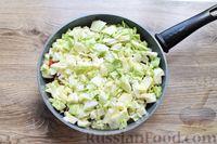 Фото приготовления рецепта: Молодая капуста, тушенная со свининой - шаг №12
