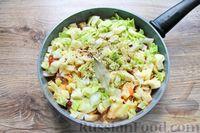 Фото приготовления рецепта: Молодая капуста, тушенная со свининой - шаг №13