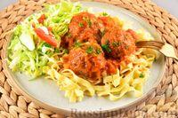 Фото к рецепту: Мясные тефтели с рисом, запечённые в томатном соусе