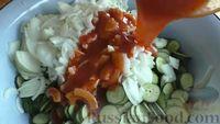 Фото приготовления рецепта: Маринованные огурцы с луком в томатном соусе (на зиму) - шаг №4