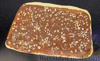 Фото приготовления рецепта: Плетёнка с орехами и варёной сгущёнкой - шаг №10
