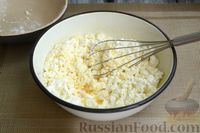 Фото приготовления рецепта: Творожная запеканка с манкой и вишней (без муки) - шаг №4