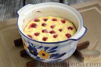 Фото приготовления рецепта: Творожная запеканка с манкой и вишней (без муки) - шаг №9