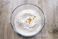 Фото приготовления рецепта: Песочное печенье с вишней, овсяными хлопьями, миндалём и шоколадом - шаг №5
