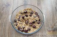 Фото приготовления рецепта: Песочное печенье с вишней, овсяными хлопьями, миндалём и шоколадом - шаг №14