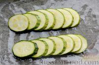 Фото приготовления рецепта: Минтай, запечённый с кабачками, под сырно-сметанным соусом - шаг №7