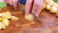 Фото приготовления рецепта: Картофель по-охотничьи, с колбасками и сладким перцем (в казане на костре) - шаг №2