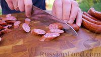 Фото приготовления рецепта: Картофель по-охотничьи, с колбасками и сладким перцем (в казане на костре) - шаг №3