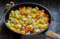 Фото приготовления рецепта: Овощное рагу с курицей, картофелем, кабачками и стручковой фасолью - шаг №7