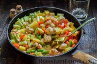 Фото приготовления рецепта: Овощное рагу с курицей, картофелем, кабачками и стручковой фасолью - шаг №9