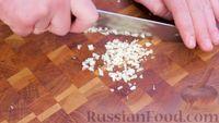 Фото приготовления рецепта: Картофель по-охотничьи, с колбасками и сладким перцем (в казане на костре) - шаг №6
