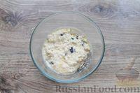 Фото приготовления рецепта: Быстрая творожная запеканка с изюмом (в микроволновке) - шаг №6