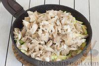 Фото приготовления рецепта: Кускус с кабачками, стручковой фасолью и вешенками - шаг №6