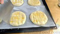 Фото приготовления рецепта: Лепёшки из дрожжевого теста, в духовке - шаг №7