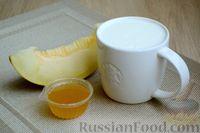 Фото приготовления рецепта: Кефирный смузи с дыней и мёдом - шаг №1