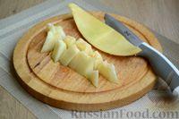 Фото приготовления рецепта: Кефирный смузи с дыней и мёдом - шаг №2