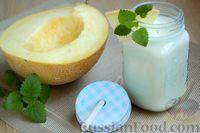 Фото приготовления рецепта: Кефирный смузи с дыней и мёдом - шаг №8