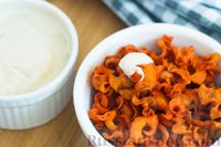 Фото приготовления рецепта: Морковные чипсы с пряностями (в духовке) - шаг №9