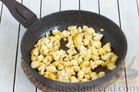 Фото приготовления рецепта: Овощной суп с цветной капустой, стручковой фасолью и адыгейским сыром - шаг №3