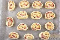 Фото приготовления рецепта: Песочные творожные рулетики-улитки с ветчиной и сыром - шаг №15