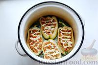 Фото приготовления рецепта: Перец, фаршированный кабачками, тушенный со сметаной и зеленью - шаг №13