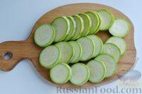 Фото приготовления рецепта: Кабачки с помидорами и фаршем, запеченные со сметаной и кетчупом - шаг №4