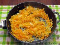 Фото приготовления рецепта: Куриные сердечки, тушенные с морковью и яблоками - шаг №4