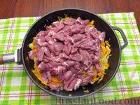 Фото приготовления рецепта: Куриные сердечки, тушенные с морковью и яблоками - шаг №5