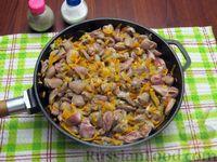Фото приготовления рецепта: Куриные сердечки, тушенные с морковью и яблоками - шаг №6
