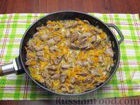 Фото приготовления рецепта: Куриные сердечки, тушенные с морковью и яблоками - шаг №7