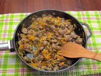 Фото приготовления рецепта: Куриные сердечки, тушенные с морковью и яблоками - шаг №8