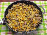 Фото приготовления рецепта: Куриные сердечки, тушенные с морковью и яблоками - шаг №10