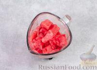 Фото приготовления рецепта: Арбузный гаспачо с овощами, лаймом и имбирем - шаг №4