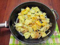 Фото приготовления рецепта: Куриная печень с яблоком и сладким перцем - шаг №5