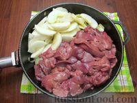 Фото приготовления рецепта: Куриная печень с яблоком и сладким перцем - шаг №8