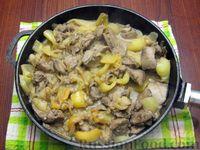 Фото приготовления рецепта: Куриная печень с яблоком и сладким перцем - шаг №10