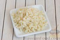 Фото приготовления рецепта: Салат с цветной капустой, грецкими орехами и зеленью - шаг №4