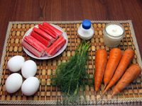Фото приготовления рецепта: Салат из моркови с крабовыми палочками и яйцами - шаг №1