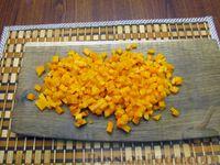 Фото приготовления рецепта: Салат из моркови с крабовыми палочками и яйцами - шаг №5