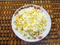 Фото приготовления рецепта: Салат из моркови с крабовыми палочками и яйцами - шаг №6
