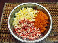 Фото приготовления рецепта: Салат из моркови с крабовыми палочками и яйцами - шаг №7