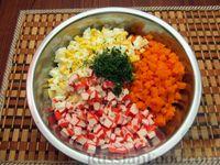 Фото приготовления рецепта: Салат из моркови с крабовыми палочками и яйцами - шаг №8