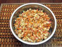 Фото приготовления рецепта: Салат из моркови с крабовыми палочками и яйцами - шаг №10