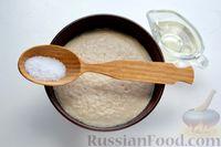 Фото приготовления рецепта: Дрожжевой пирог с малосольными огурцами и варёными яйцами - шаг №5