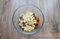 Фото приготовления рецепта: Дрожжевые пирожки с лисичками, яйцами и зелёным луком (в духовке) - шаг №6