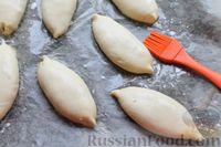 Фото приготовления рецепта: Дрожжевые пирожки с лисичками, яйцами и зелёным луком (в духовке) - шаг №21