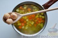 Фото приготовления рецепта: Суп с куриными фрикадельками, кабачками и вермишелью - шаг №10