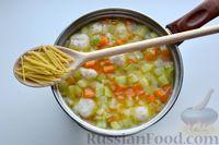 Фото приготовления рецепта: Суп с куриными фрикадельками, кабачками и вермишелью - шаг №11