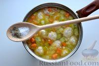 Фото приготовления рецепта: Суп с куриными фрикадельками, кабачками и вермишелью - шаг №12